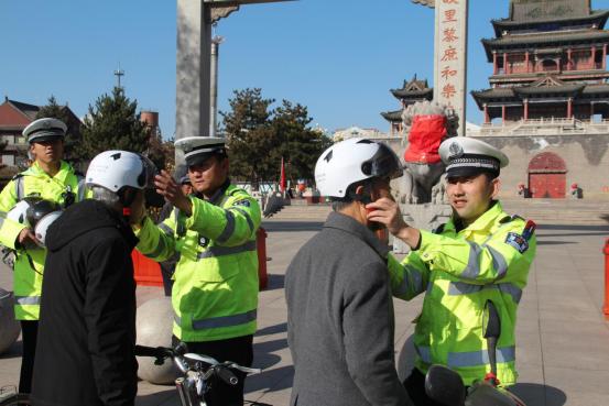 """""""戴盔""""""""亮尾""""进行时 交通安全宣传不停歇"""