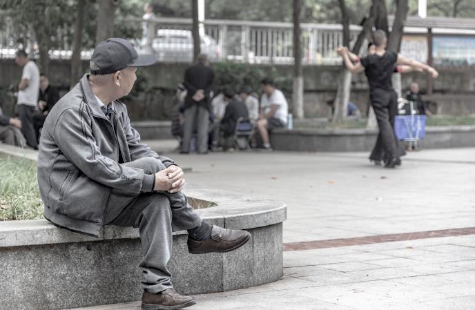 小区里那些孤独的老人