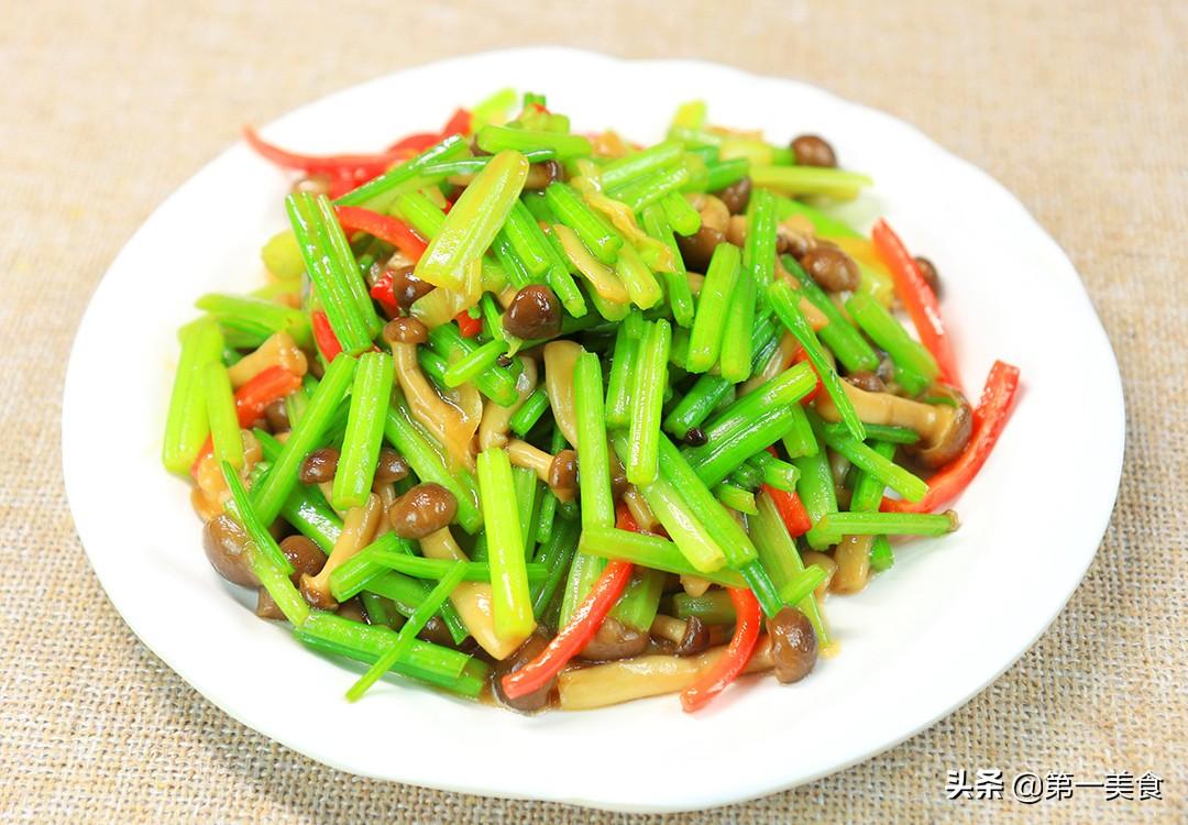 【蟹味菇炒芹菜】做法步骤图 多加这一步 芹菜清脆不出水