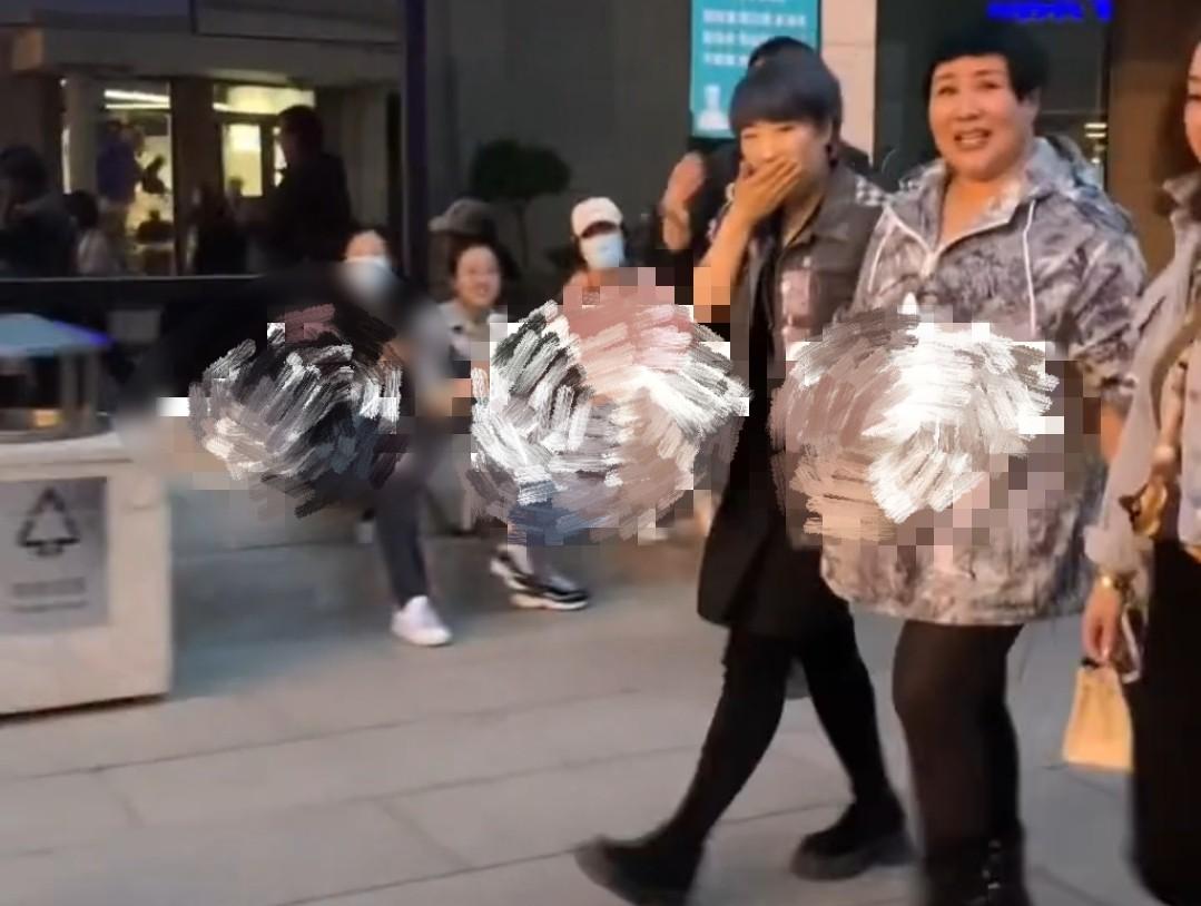 郭德纲老婆胖的自然真实,衣服包包都不便宜,但走街头却不起眼