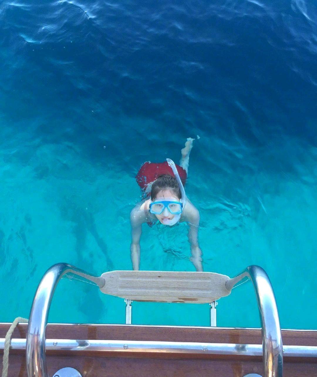 蓝色大海里的红色郑秀晶,又辣又明媚身材瘦回fx巅峰