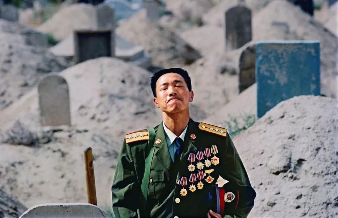 还记得这个战士吗?亡妻坟前一跪感动无数人,他如今过得怎样?