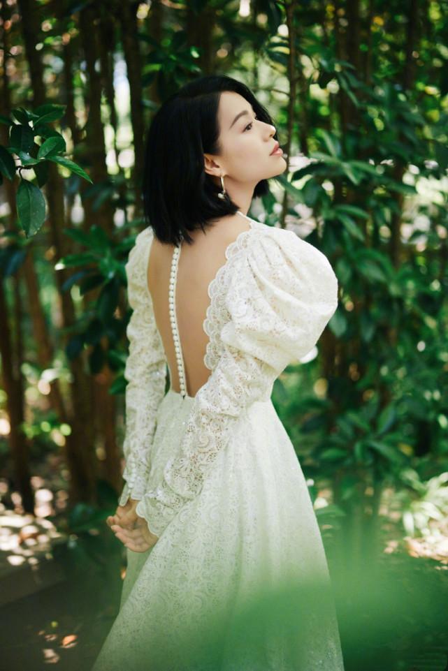 胡杏儿晒工作照过端午,穿修身裙秀S曲线,产后俩月身材恢复完美