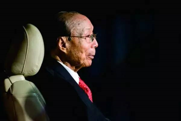 他活了107年,是最吝啬的老板,也是最慷慨的慈善家