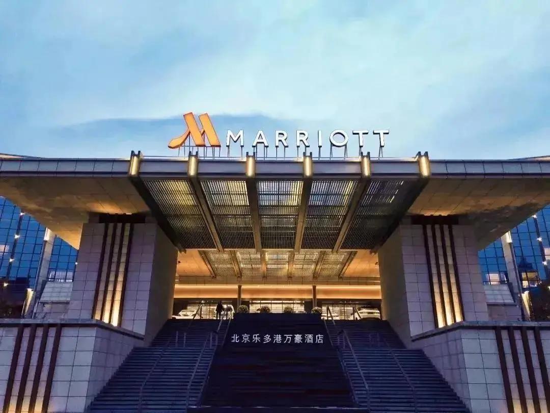 小奇��你走⌒�M北京�范喔廴f豪酒店,感受光影��g造就的�◎意秘境