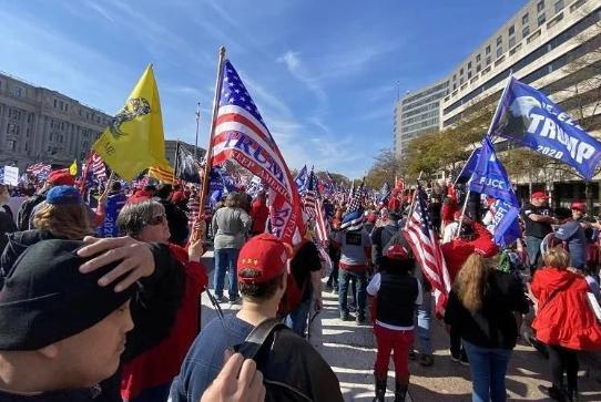 美国爆发大规模抗议冲突!现场爆发混战,特朗普支持者和反对者同在华盛顿游行,特朗普声援支持者