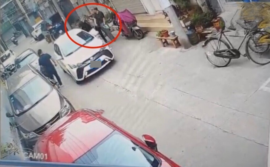 女司机当众殴打女子仍不解气,竟开车故意撞击,致女子严重受伤