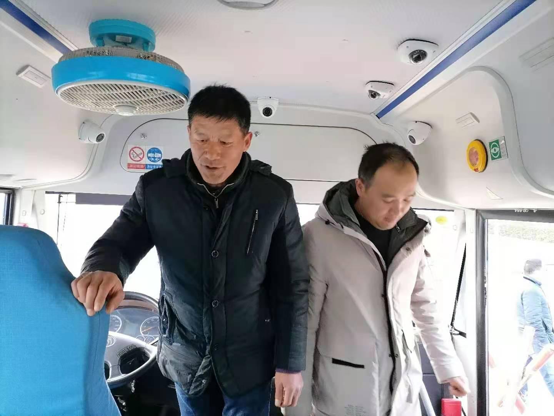 李集镇中心小学开展冬季校车安全检查