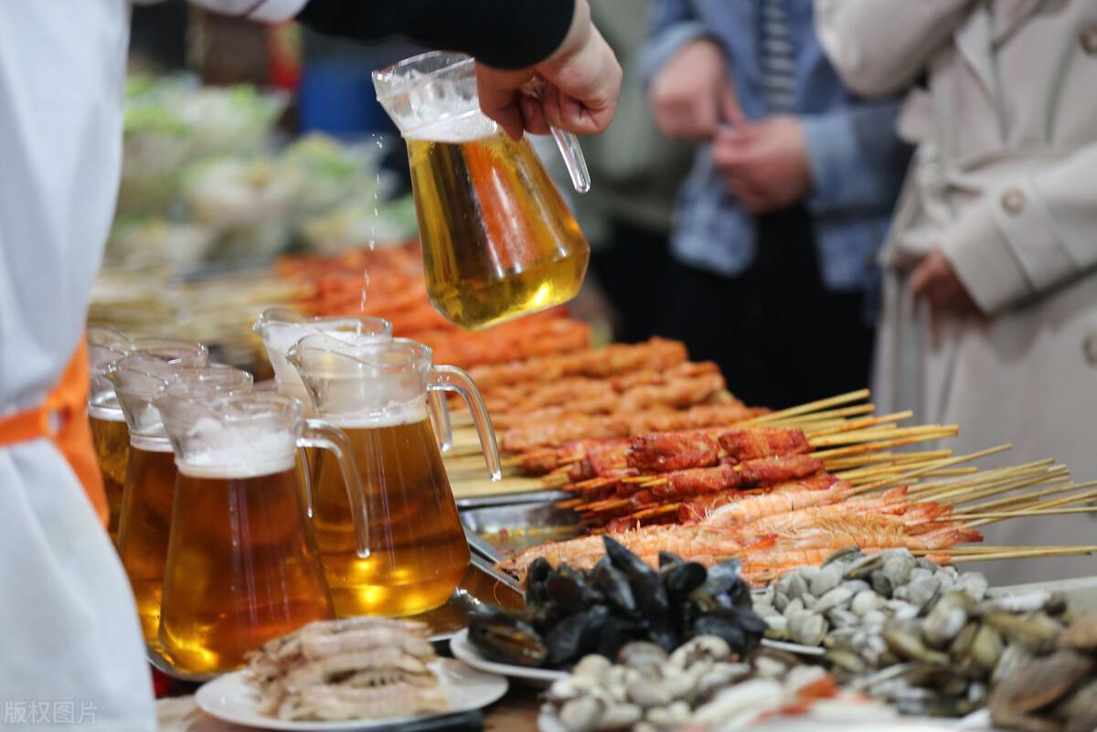 重庆夫妻摆烧烤摊,啤酒烧烤都免费,月盈利12万,怎么做到的?