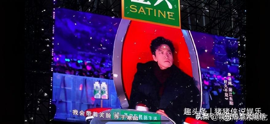 李健《好声音》唱完就穿上了棉袄 保暖到位