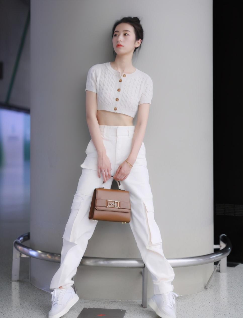 被演员耽误的穿搭博主,周雨彤私服时尚又大气,适合大部分身材