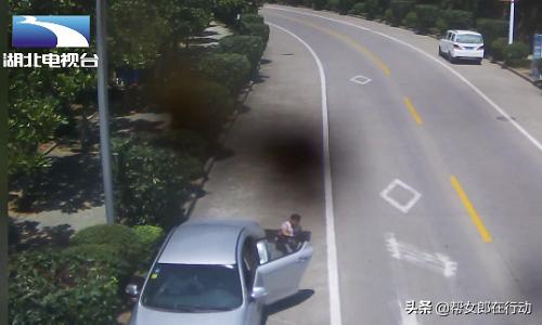 轿车下坡时突然失控,母亲跳车求救,车上还有妻子和孩子……