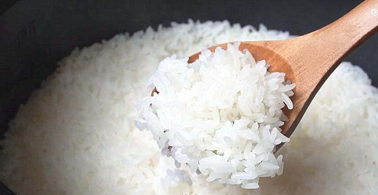 电饭锅蒸米饭,多加2步,出锅粒粒分明,松软好吃不粘锅,真香 美食做法 第2张