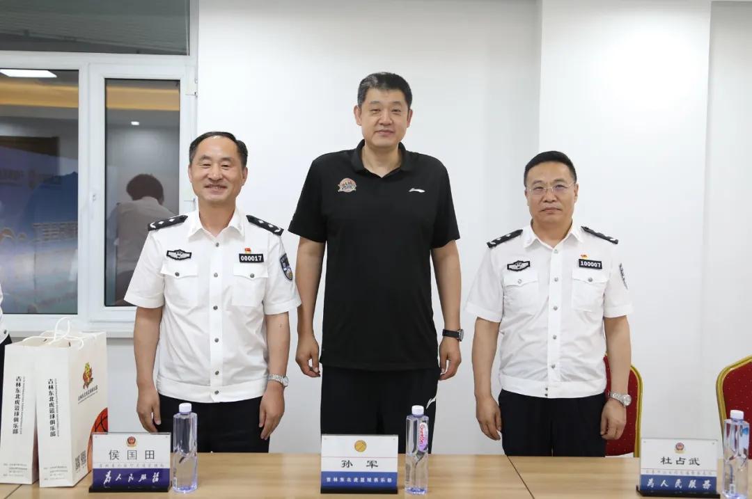 """东北虎俱乐部将帅被授予""""吉林省文明交通形象大使""""称号"""