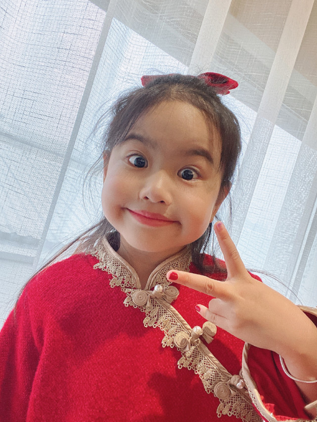 包貝爾慶女兒滿6歲,餃子穿西裝耍酷氣場超強,小小年紀星味兒足