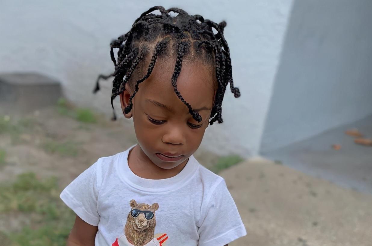 美3岁黑人娃家中玩耍,遭屋外枪手爆头,祖母痛哭:再也睡不着了