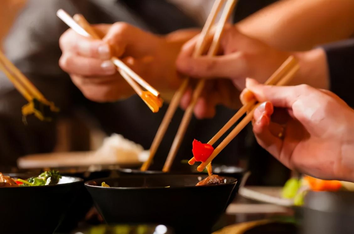 外出就餐时,用开水烫餐具,到底能不能杀菌?告诉你正确答案