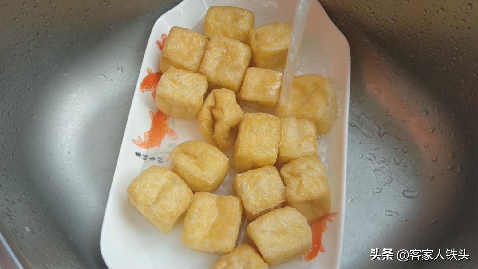 客家油豆腐配上1个鱼头,一道费饭菜做法,又香又滑闻到都流口水