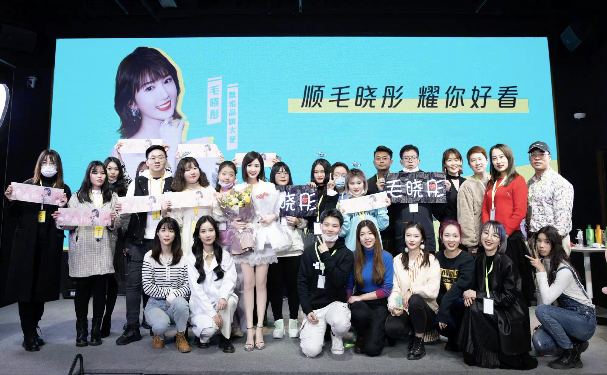 毛晓彤参加粉丝聚会,白色套装清爽宜人,10厘米银色高跟鞋抢眼