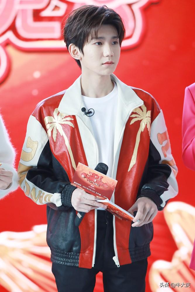 北京台春晚代言人官宣,王源拼色夹克帅气亮相