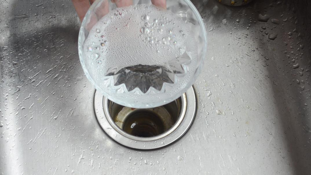 洗碗池上撒一把食鹽,作用真厲害,多數家庭還不會,看完長見識了