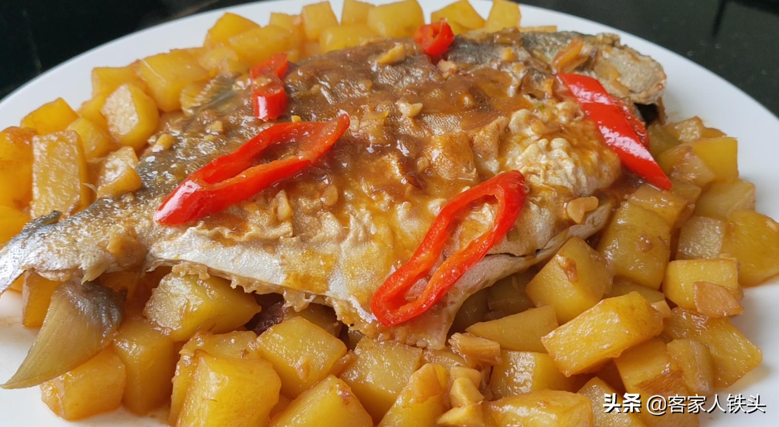 過年魚肉有過癮吃法,加2個土豆一起做,味美鮮香,好吃又過癮