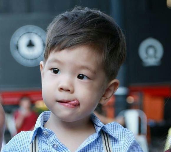 看到7歲嗯哼的偷拍照,才知道霍思燕有多狠,難怪兒子這麼優秀