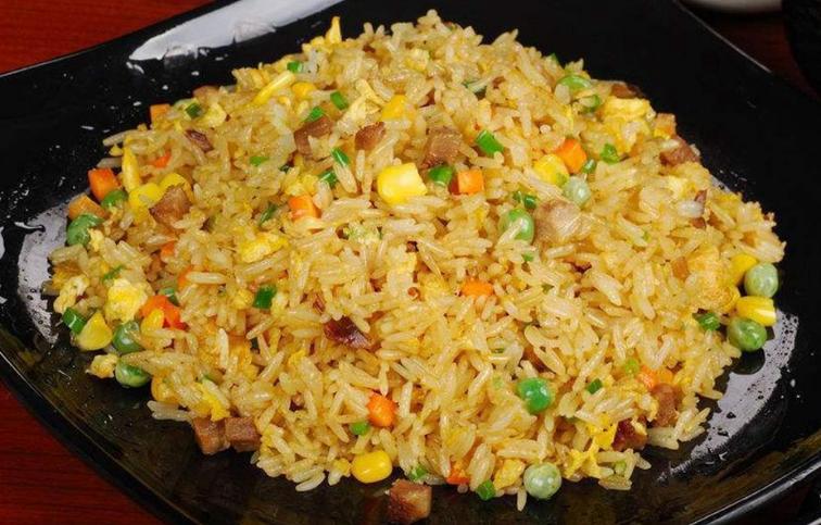 做蛋炒饭时,鸡蛋和米饭哪个先炒?牢记正确做法,米粒金黄又分明 美食做法 第1张