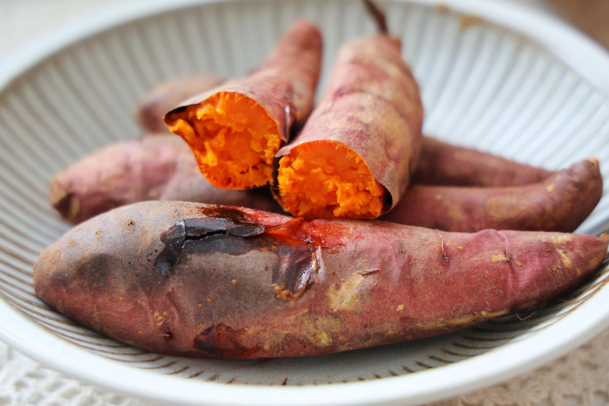 冬天,在家烤上幾根紅薯,比外面賣得還香,不用電飯煲不用烤箱