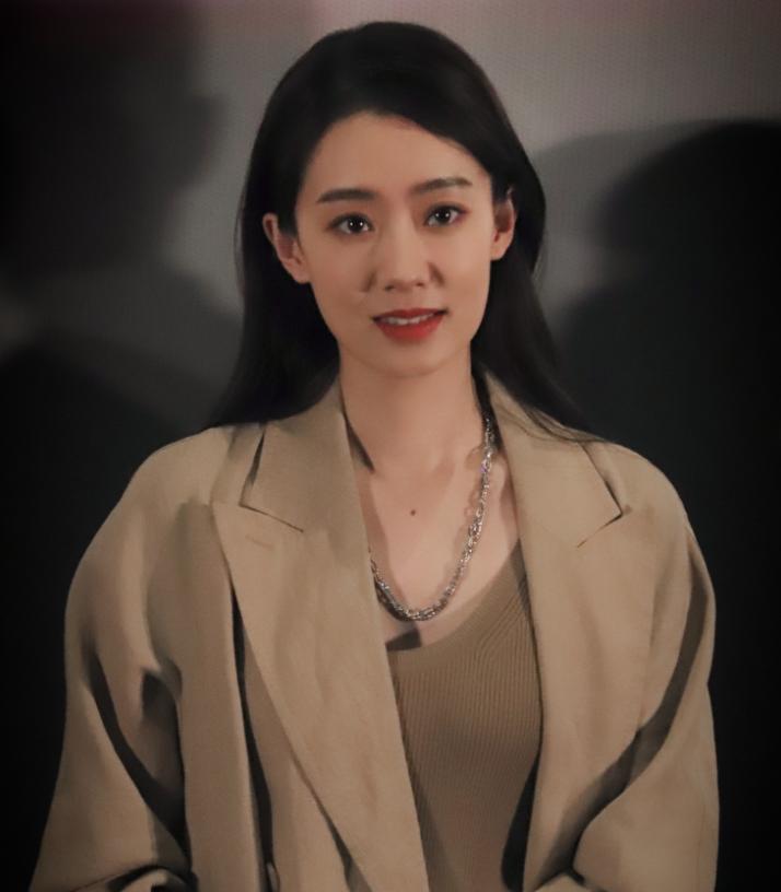 凭借《李焕英》大火,张小斐下班图引热议,衣品时尚堪比一线女星