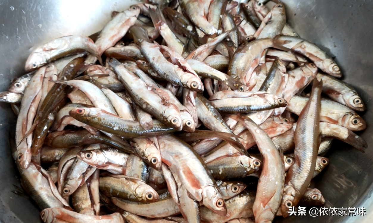 油炸小鱼时,用面粉还是用淀粉? 美食做法 第2张