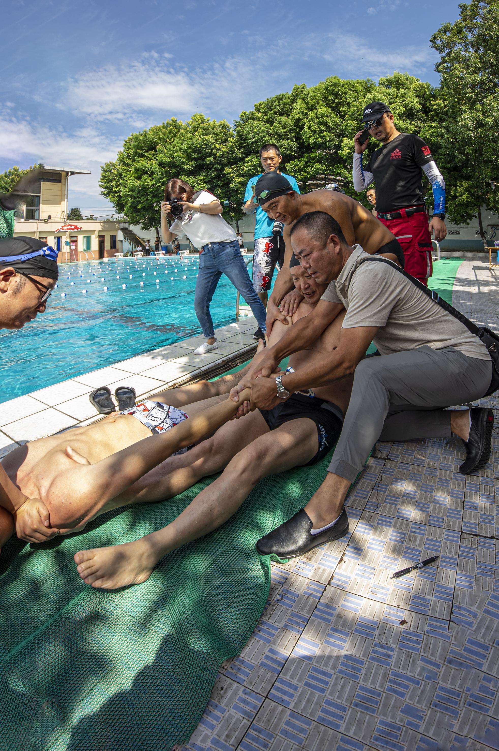小伙游泳用力过猛致肩关节脱位 幸运的是现场有2名骨科医生