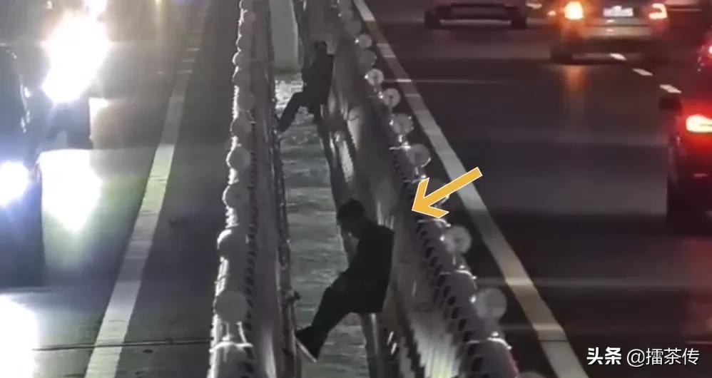 两男子坐大桥夹缝中悬空钓鱼