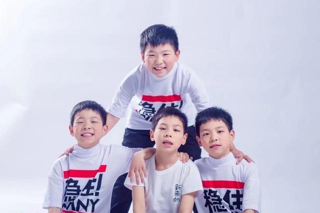 老婆生了四胞胎全是男孩,为养儿子爸爸要打4份工:压力山大