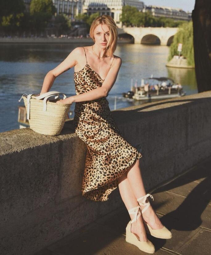 巴黎博主Lucie Mahé擅长用衣橱里的基础款单品 打造百变的法式风情