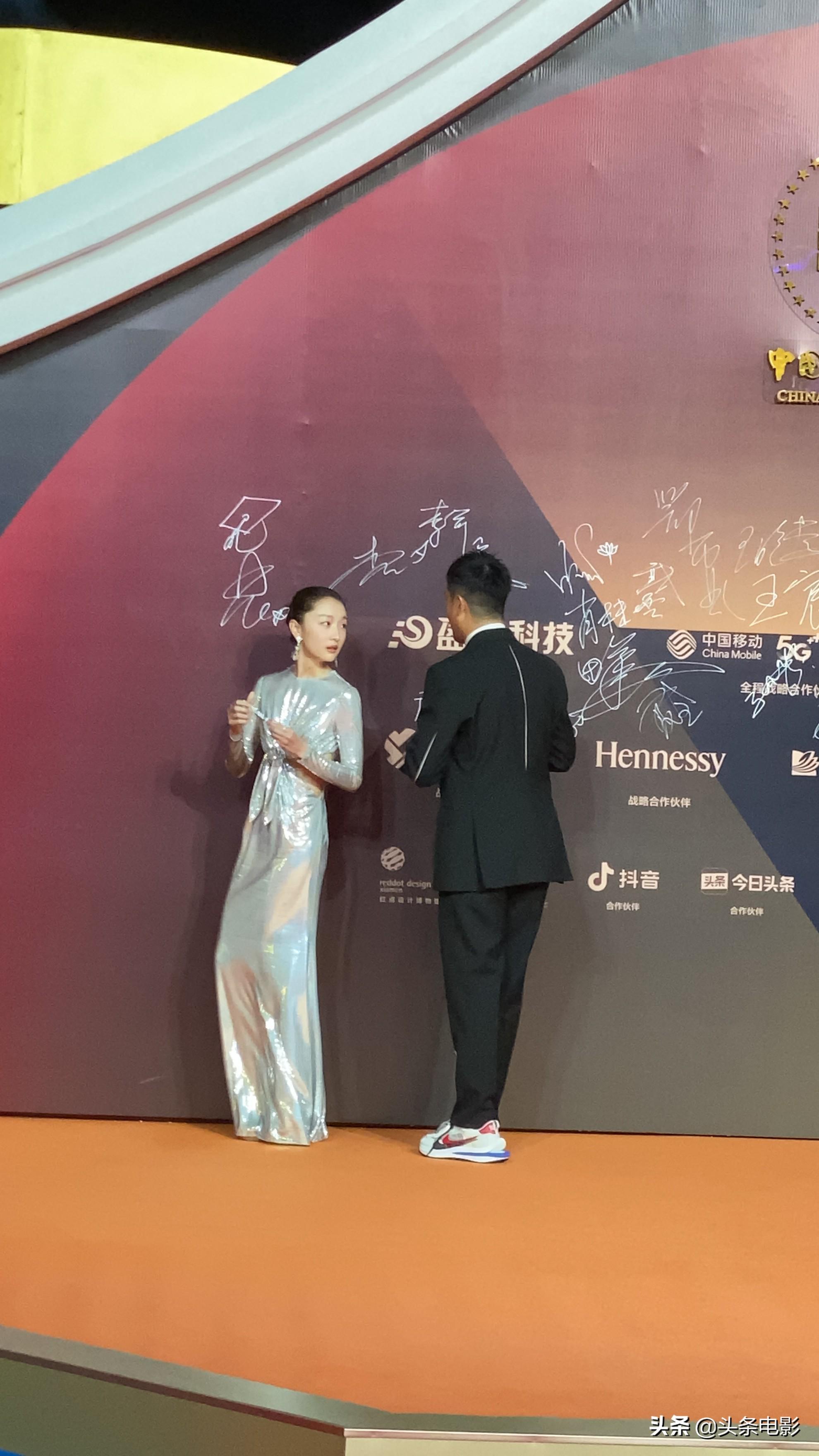 第33届金鸡奖闭幕式红毯 易烊千玺李现周冬雨佟丽娅贾玲等亮相