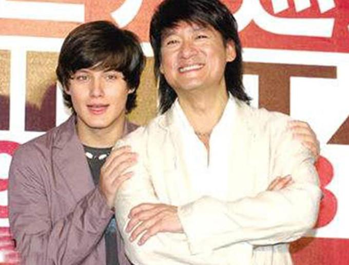 周华健为爱子庆生,31岁儿子留长发满嘴胡子,外形粗犷不像90后