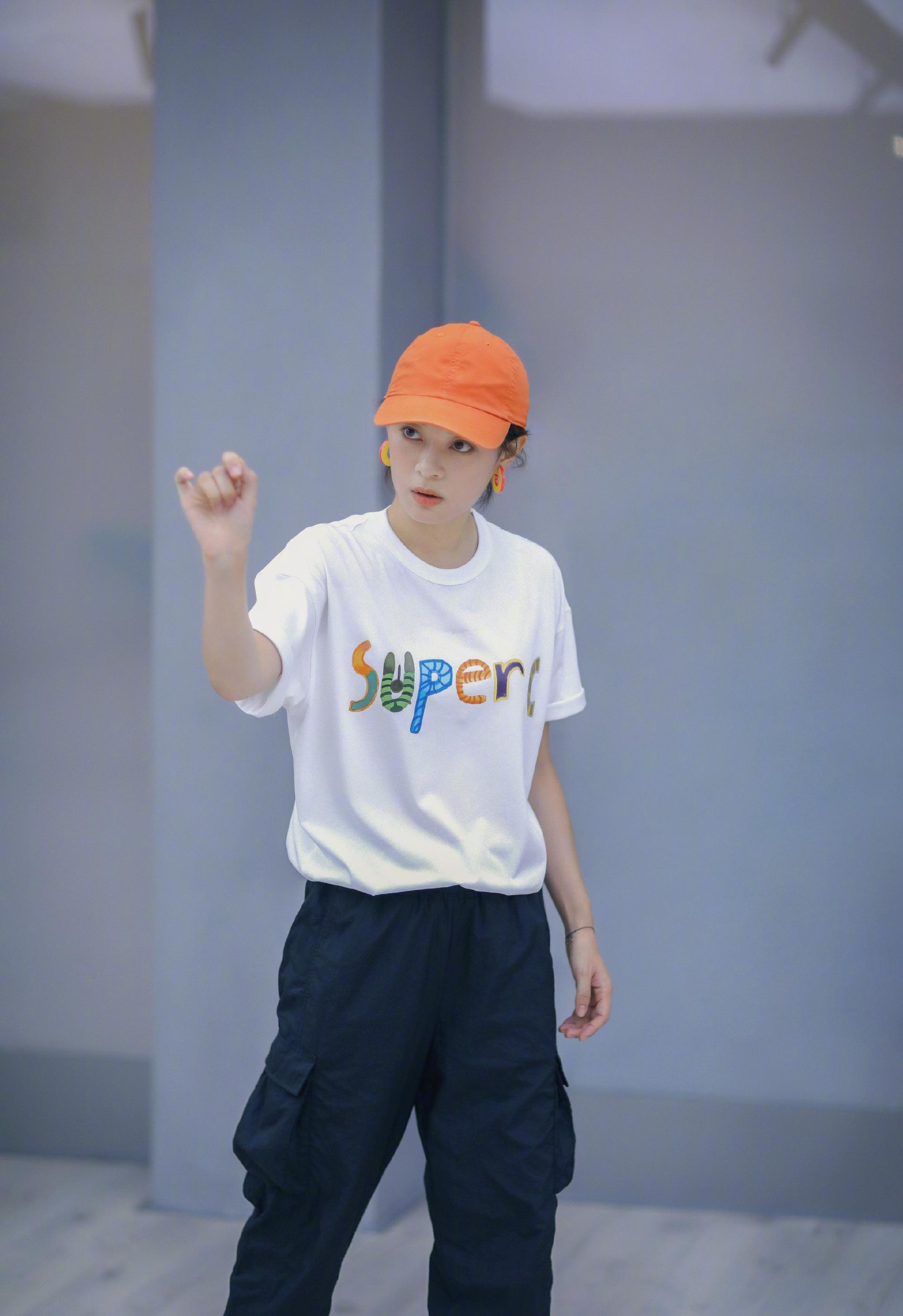 孙俪真会打扮,戴橘色棒球帽穿白T嫩回18岁,哪像两个孩子的妈