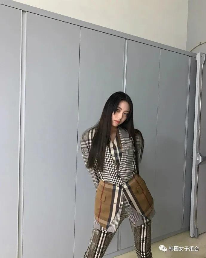 穿着巴宝莉的这位女团爱豆,网友:这套衣服没身材还真不敢穿