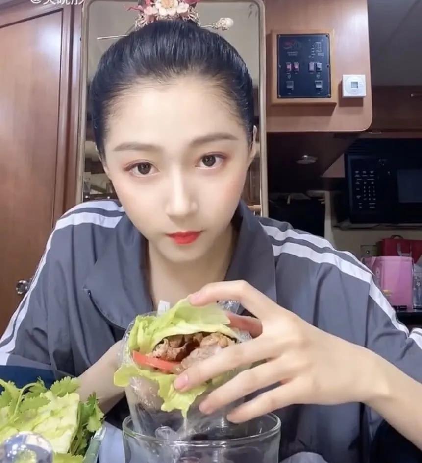 全网都在吹关晓彤的蔬菜三明治,谁受损,谁获益?