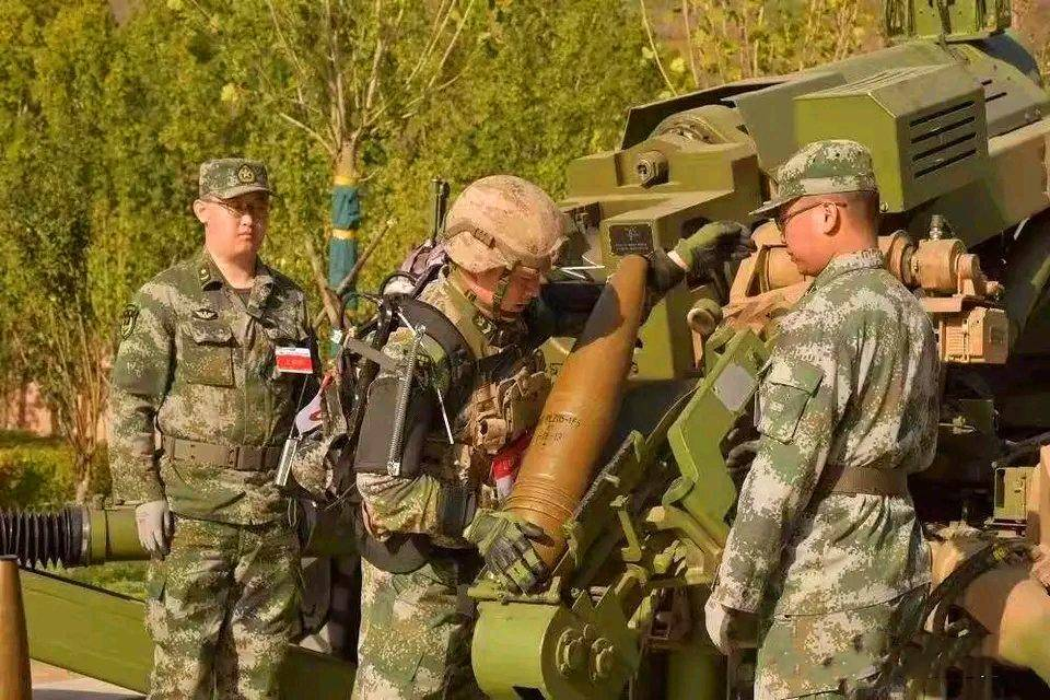 无源外骨骼装备我军,卫生员化身超人,网友感叹这就是单兵机甲