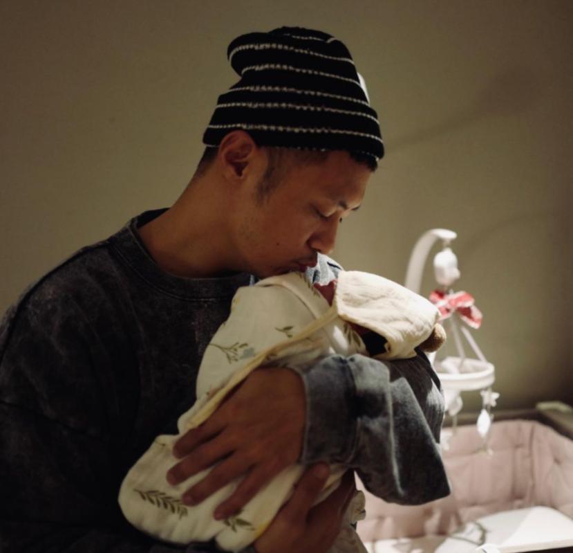 余文乐首次公开女儿正脸照,早产出生时仅1Kg,现已变成美人胚子