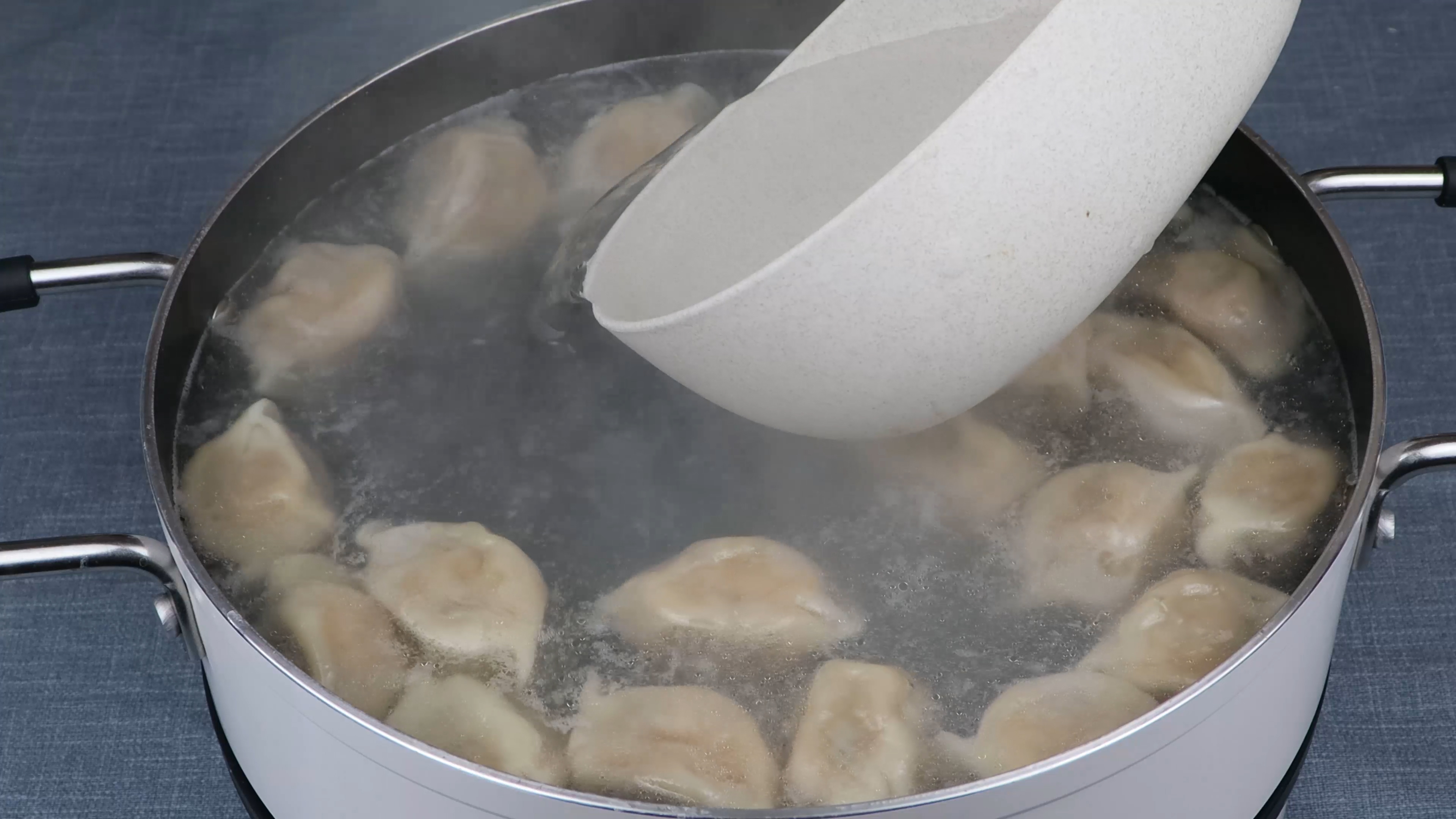 煮冻饺子,是开水下锅还是冷水下锅?记住3点,饺子光滑不破皮