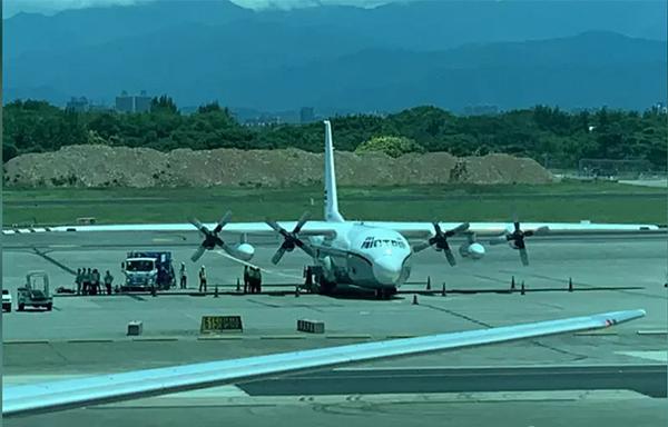 """僅隔5天,台媒稱又一架美軍機降落台灣民用機場""""裝卸貨物"""""""