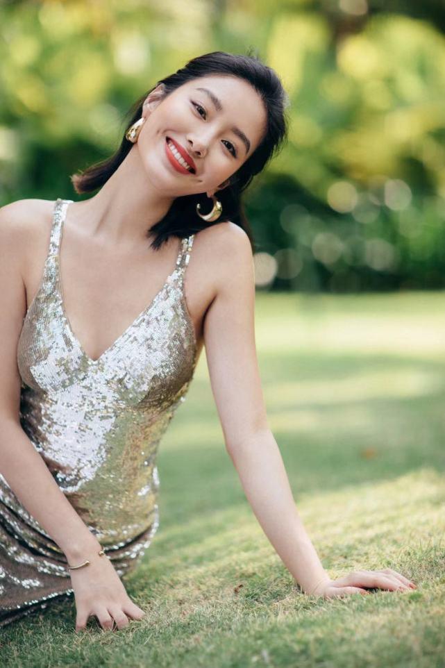 29岁杨采钰,容颜惊艳身材有料,这位女神气质不一般