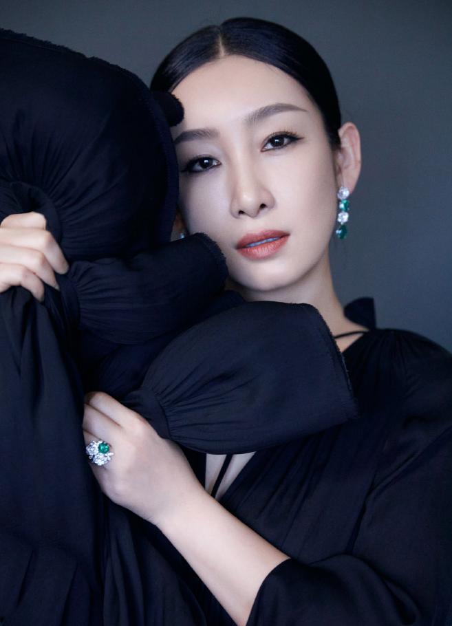 名门泽佳:秦海璐最新造型A爆了!一袭黑色披风长裙效果又美又酷