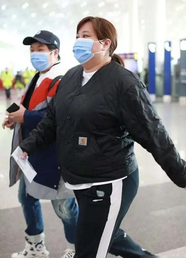 贾玲不能再胖了!近照穿全身黑衣也遮挡不住肥胖,走路都变困难