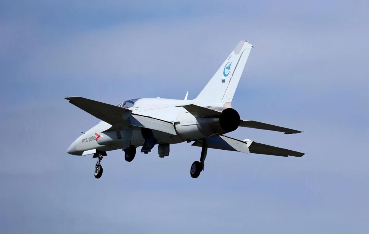 中国新型战机02号机首飞成功,比枭龙还便宜,成专供小国攻击机