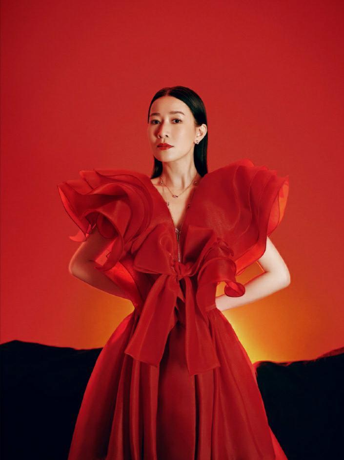 佘诗曼气质太出众,红色花苞纱裙秀出满满女神范,时髦减龄又吸睛