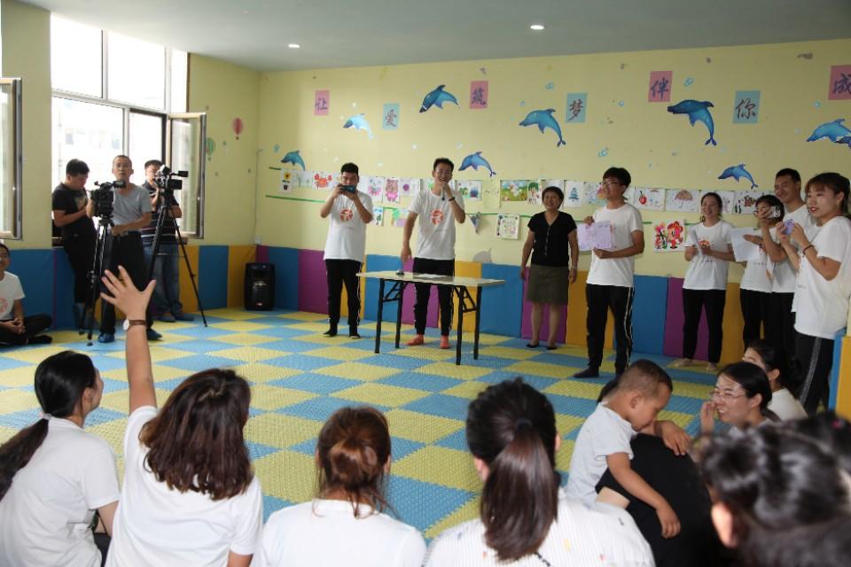"""""""让爱筑梦,伴你成长""""儿童画作公益拍卖主题活动在呼和浩特举行"""